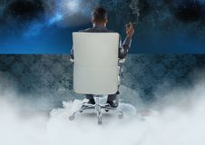 Geschäftsmann Back Sitting im Stuhl mit Zigarre und bewölktem Himmel Stockbilder