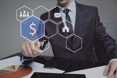 Geschäftsmann bedrängt Dollarzeichen der digitalen Schnittstelle Stockfoto