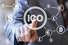 Geschäftsmann bedrängt Währungsknopf ICO die Initialen-Münze, die auf einer virtuellen digitalen elektronischen Benutzerschnittst Lizenzfreie Stockfotos
