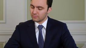 Geschäftsmann beendet, an Dokumenten zu arbeiten und geht weg stock video footage