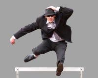 Geschäftsmann beim hurdling Stockfoto