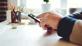 Geschäftsmann benutzt einen Smartphone im Büro am Arbeitsplatz stock footage