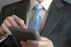 Geschäftsmann benutzt Tablette Stockfoto