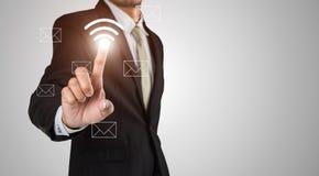 Geschäftsmann berührt Ikone wifi Stockbild