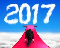 Geschäftsmann bereit, auf dem Pfeil zu laufen, der in Richtung zu Wolke 2017 geht Stockfoto