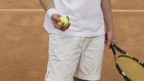Geschäftsmann bereitet vor sich, den Tennisball zu dienen und spricht mit Partner beim Spielen stock video footage