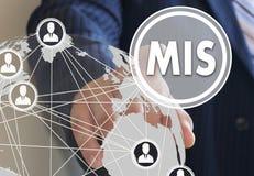 Geschäftsmann betätigt einen Knopf MIS, Führungssystem O Stockbilder