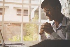 Geschäftsmann beten und hoffen auf den Computerinformationen lizenzfreie stockbilder