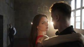 Geschäftsmann betrachtet ein Tanzenpaar stock video