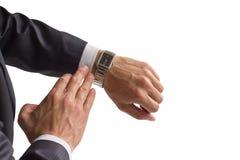 Geschäftsmann betrachtet seine Uhr Stockfotos