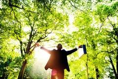 Geschäftsmann bewaffnet Oustretched Forest Green Concept Lizenzfreies Stockfoto