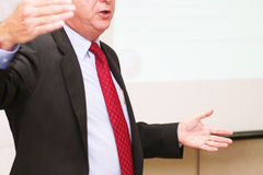 Geschäftsmann bildet Rede im Sitzungssaal Lizenzfreies Stockfoto