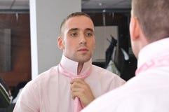 Geschäftsmann bindet seine Krawatte Stockfoto