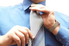 Geschäftsmann bindet seine Stutzengleichheit stockfotos