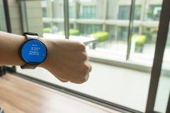 Geschäftsmann-Blick smartwatch für die Prüfung von Zeit zum Treffen Stockfotos
