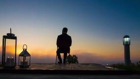 Geschäftsmann-Blicksonnenaufgang auf Terrasse stock video