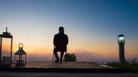 Geschäftsmann-Blicksonnenaufgang auf Terrasse stock footage