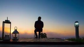 Geschäftsmann-Blicksonnenaufgang auf Terrasse stock video footage