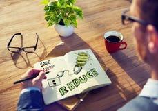 Geschäftsmann-Brainstorming About Energy-Erhaltung lizenzfreie stockfotografie