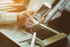 Geschäftsmann bucht Reise online mit Ikonen AR 3D Lizenzfreie Stockfotos