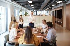 Geschäftsmann-And Businesswoman Addressing-Gruppe junge Kandidaten, die um Tabelle sitzen und auf Aufgabe bei graduiertem Recr zu lizenzfreies stockfoto