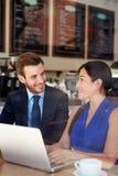 Geschäftsmann And Businesswoman Meeting in der Kaffeestube Lizenzfreie Stockbilder