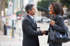 Geschäftsmann-And Businesswoman Shaking-Hände in der Straße Stockfotos