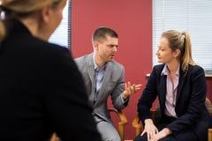 Geschäftsmann-And Businesswoman In-Vermittlungs-Sitzung stockbilder