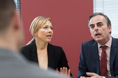 Geschäftsmann-And Businesswoman In-Vermittlungs-Sitzung stockfotos