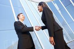 Geschäftsmann-And Businesswomen Shaking-Hände lizenzfreie stockbilder