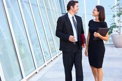 Geschäftsmann And Businesswomen Walking außerhalb des Büros Lizenzfreie Stockfotos