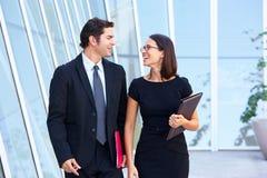 Geschäftsmann And Businesswomen Walking außerhalb des Büros Stockfotografie