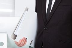 Geschäftsmann Carrying Folder Stockfoto