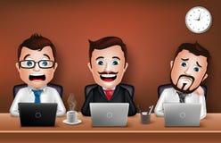 Geschäftsmann Character Working auf Schreibtisch-Tabelle Stockfoto