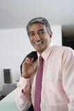Geschäftsmann At Check-In Counter des Hotels Stockfoto
