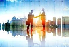 Geschäftsmann-Cityscape Agreement Handshaking-Abkommen-Zusammenarbeit C stockfotografie