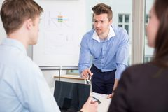 Geschäftsmann Communicating With Colleagues in der Sitzung im Büro lizenzfreies stockbild