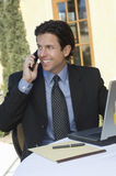 Geschäftsmann-Communicating On Mobile-Telefon stockfotos