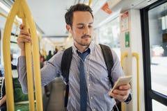 Geschäftsmann Commuting By Tram in Melbourne lizenzfreie stockfotos