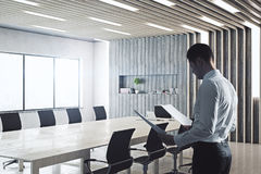 Geschäftsmann In Conference Room Lizenzfreie Stockfotos