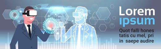 Geschäftsmann In 3d Hearset unter Verwendung Digital-Schnittstelle mit Innovations-Konzept der Weltkarte-Hintergrund-virtuellen R Lizenzfreie Stockfotografie