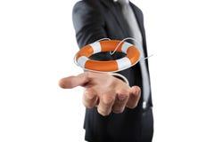 Geschäftsmann, das einen Rettungsgürtel halten Konzept der Versicherung und der Hilfe in Ihrem Geschäft lizenzfreie stockfotos
