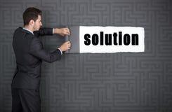 Geschäftsmann deckt für Lösungen auf Stockfotografie