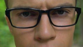 Geschäftsmann in den Brillen, welche die Augenspannung, draußen arbeitend, Konzept loswerden stock video
