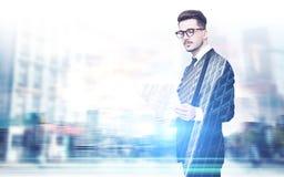 Geschäftsmann in den Gläsern, Dokumente, Stadt Stockfoto