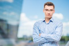 Geschäftsmann in den Gläsern jung und sehr erfolgreich lizenzfreies stockfoto