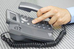Geschäftsmann, den Hand eine Telefonnummer mit aufgehoben wählt, geht voran Lizenzfreies Stockfoto