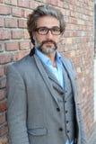 Geschäftsmann in den klassischen tragenden Gläsern des Anzugs und der Weste stockfoto
