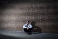 Geschäftsmann, den verlorener Job in der Krise verlor, die auf Stadtstraßenecke sitzt Lizenzfreie Stockbilder
