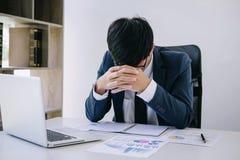 Geschäftsmann deprimiert und erschöpft, Geschäftsmann an seinem Schreibtisch frustriert mit Problemen mit einem Stapel der Arbeit stockfotos